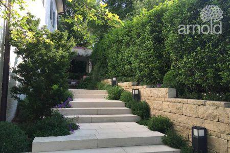 Neugestaltung eines Gartens mit heimischen Materialien und Pflanzen